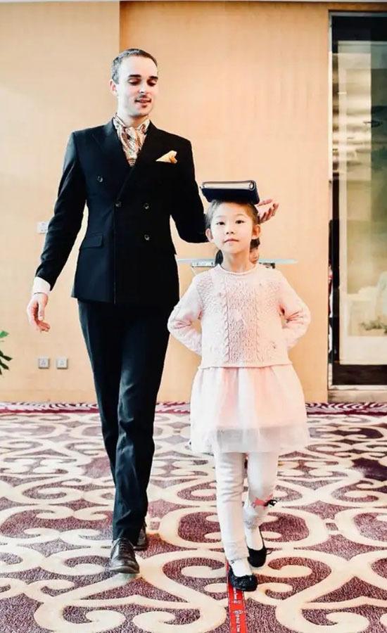 Guillaume Rué de Bernadac dạy cách đi đứng cho con nhà giàu Trung Quốc. Ảnh: Tiwtter.