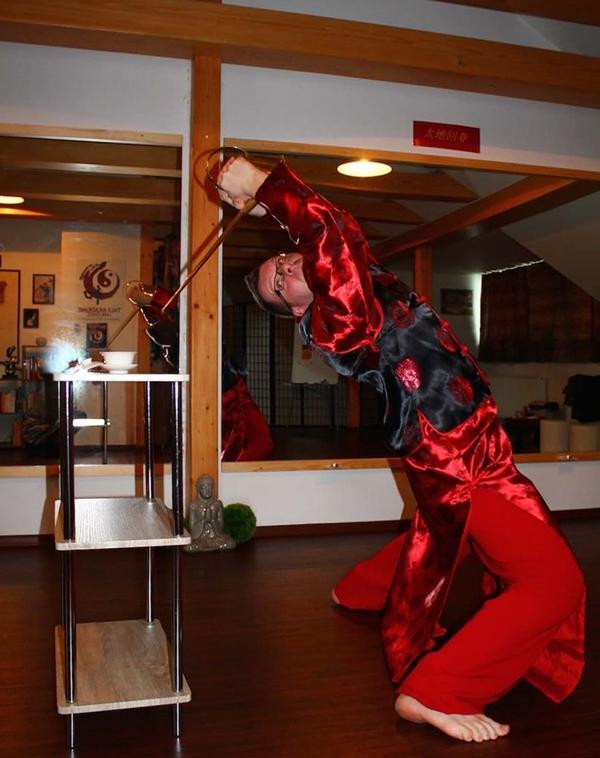 David - một người nước ngoài tập rót trà vì bị hấp dẫn bởi một video biểu diễn kungfu rót trà.