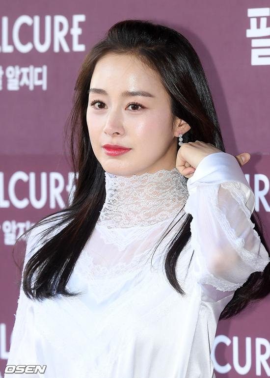 Nữ diễn viên Kim Tae Hee diện nguyên cây trắng, trang điểm tươi sáng khi xuất hiện tại sự kiện sáng nay 29/11 tại Seoul. Gần hai tháng sau khi sinh con, ngôi sao Hàn trở lại công việc quen thuộc, với vai trò đại diện của mộtthương hiệu mỹ phẩm.