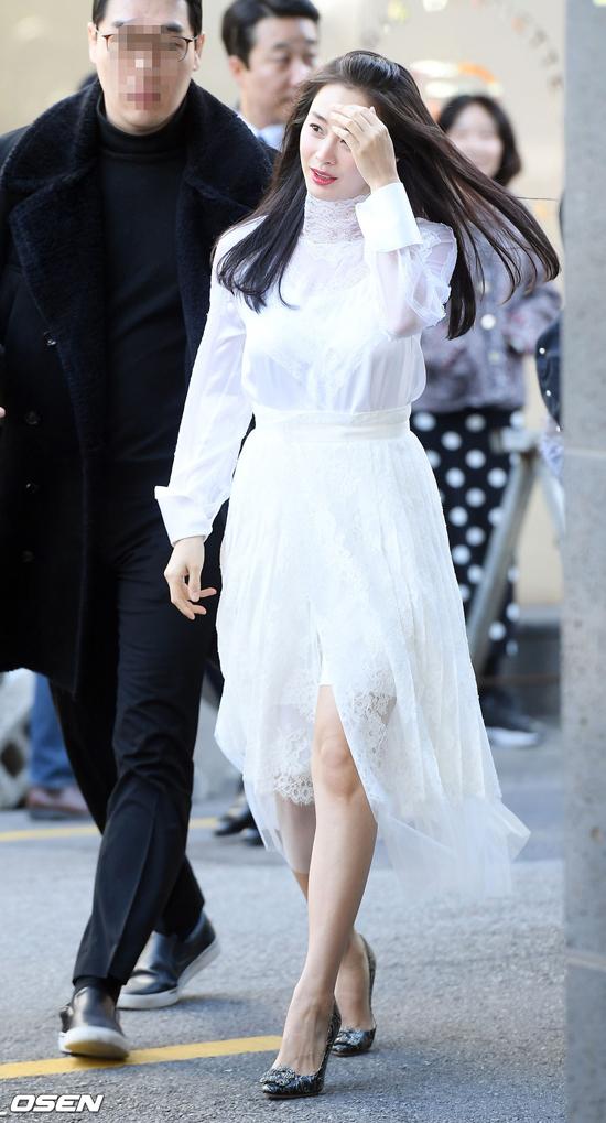 Trước đó, ngôi sao Hàn thu hút chú ý khi xuất hiện trên phố.