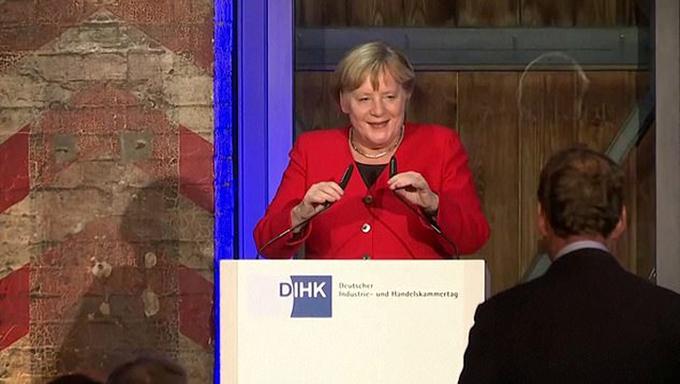 Thủ tướng Đức cười đùa sau khi bị ngã tối 27/11. Ảnh cắt từ video.
