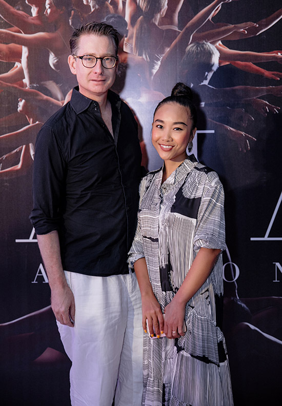 Show diễn mang tinh thần mộc mạc, giản dị, đề cao cảm xúc nên các khách mời ăn mặc không cầu kỳ. Đoan Trang diện váy suông đi xem chương trình cùng chồng Tây.