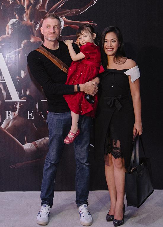 Vợ chồng Phương Vy bế con gái đến ủng hộ liveshow của John Huy Trần.