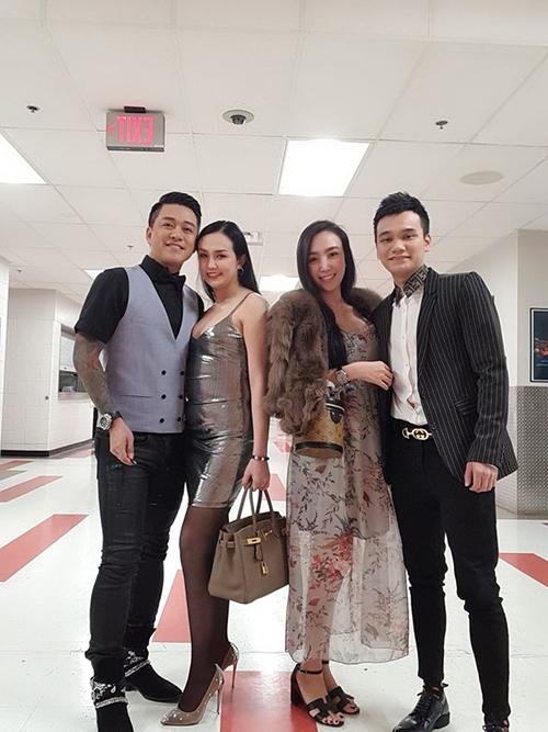 Trong chuyến lưu diễn này, ca sĩ Khắc Việt cũng cóvợ tháp tùng. Tuấn Hưng thấy mình và Khắc Việt quá sướng vì đi hát còn cónhững hậu vệ tuyệt vời nhất này đi cùng.
