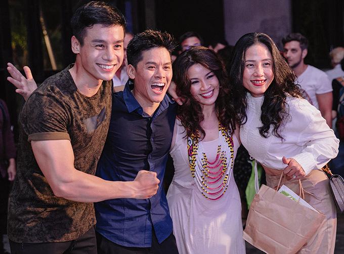 Nam vương Cao Xuân Tài (ngoài cùng bên trái) cùng bạn bè đến chúc mừng John Huy Trần và êkíp có chương trình ý nghĩa.
