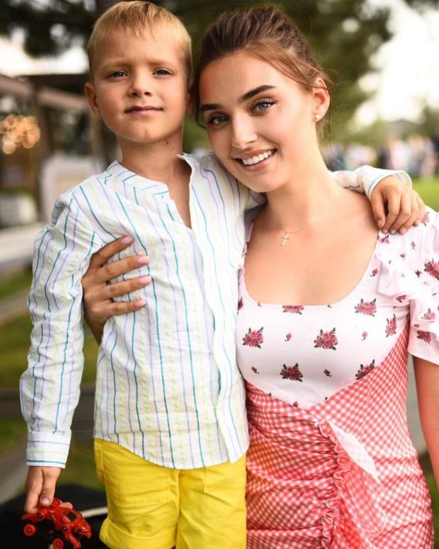 Cựu hoa hậu Ukraine, Veronika Didusenko, và con trai.