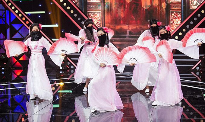 Ngô Kiến Huy che mặt trà trộn biểu diễn cùng một nhóm nữ vũ công.