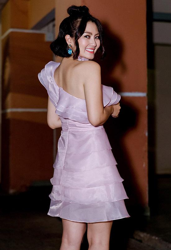 Nữ diễn viên tươi cười khi thấy ống kính hướng đến mình.