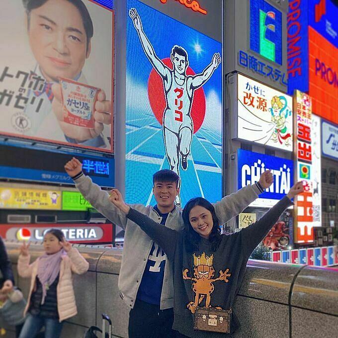 Duy Mạnh và bạn gái Quỳnh Anh chụp hình cùng biển hiệu Glico man nổi tiếng tại cầu Dotonbori, Osaka (Nhật Bản). Trung vệ đội tuyển Việt Nam lên lịch trình du lịch xứ sở mặt trời mọc ngay khi kết thúc trận thi đấu vòng loại WC. Chuyến đi còn có vợ chồng Văn Quyết - Huyền Mi (chị gái của Quỳnh Anh). Trong khi hai cô nàng mải mê shopping thì hai chàng cầu thủ CLB Hà Nội lại tranh thủ ra sân xem một trận đấu C1 châu Á.