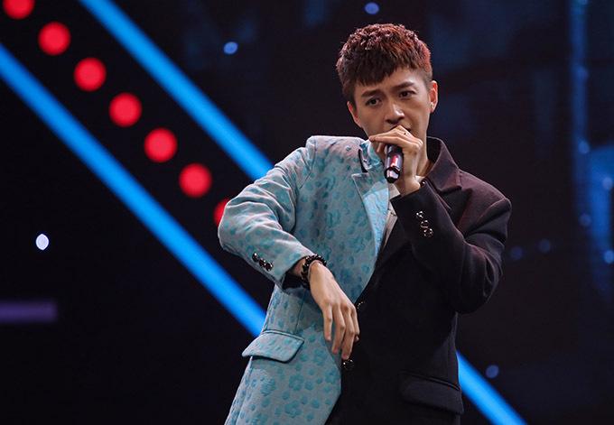 Ngô Kiến Huy ngẫu hứng hát tặng khán giả một ca khúc.