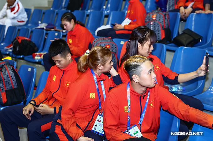 Sau khi trang điểm xong, Vân Anh cùng đồng đội tạo dáng chụp ảnh.