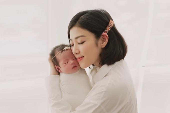 MC Yumi Dương trải qua hành trình vượt cạn khó khăn trước khi đón con gái Kailyn chào đời hôm 21/10. Người đẹp có dấu hiệu chuyển dạ từ hai ngày trước đó nhưng chưa thể sinh vì cổ tử cung chưa mở. Vì không muốn sinh mổ, cô cố gắng chịu đựng những cơn đau kéo dài, cơ thể sốt 40 độ. Dù vậy, Yumi Dương cho rằng việc sinh thường là quyết định đúng đắn. Hiện nữ MC bận rộn với cuộc sống của một bà mẹ bỉm sữa, tự tay chăm chút cho con mọi thứ.