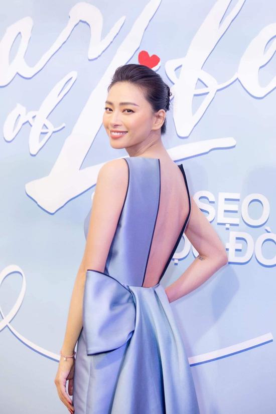 Diễn viên Ngô Thanh Vân khoe vai trần với thiết kế váy lụa của nhà thiết kế Phương My. Chi tiết thắt nơ được nữ thiết kế bố trí ấn tượng ở phía sau của trang phục.