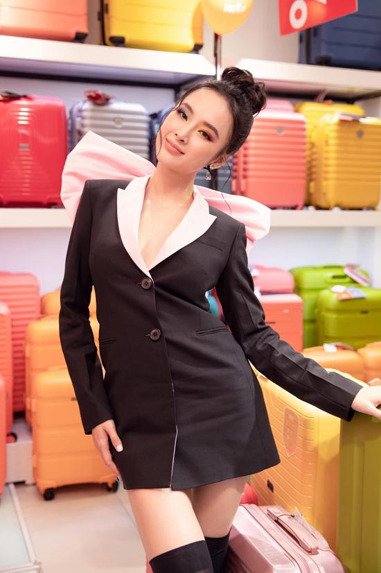 Theo đuổi mốt diện blazer dress thịnh hành, Angela Phương Trinh không quên giúp mình nổi bật nhờ kiểu đầm trang trí nơ to bản sau lưng.