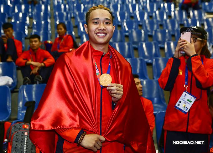 Võ sĩ Ngô Văn Huỳnh dí dỏm lấy chiếc bánh gắn vào dây đeo để giả làm HC vàng. Anh làm điều này để cầu may trước khi bước vào phần thi chung kết nội dung biểu diễn vào ngày 3/12.