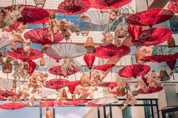 Lồng đèn Hội An, dù giấy được treo trên trần của sảnh đón khách. Ý tưởng trang trí đến từ việc uyên ương muốn đem lại cho khách mời đám cưới cảm nhận về phong cách đậm chất Á đông của Việt Nam ngay từ khi đặt chân tới sảnh khách sạn.