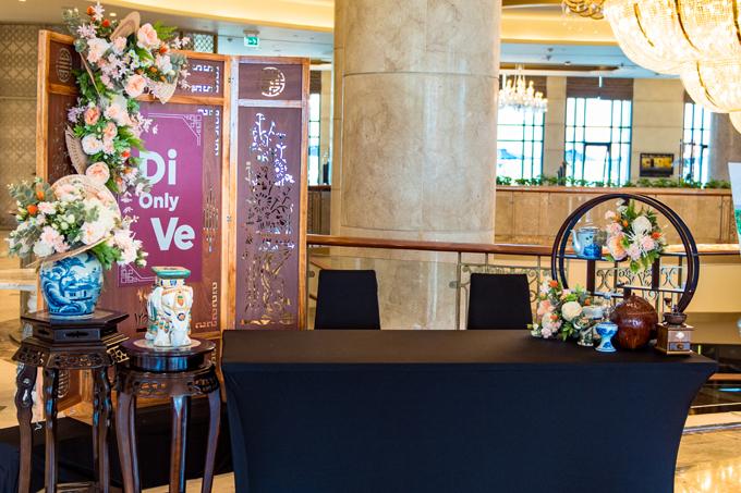 Hashtag DiOnlyVe của đám cưới tiếp tụcxuất hiện ở bàn tiếp tân.