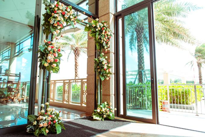 Cổng hoa và các vật dụng trang trí xung quanh khu vực làm lễ ngày đầu tiên.