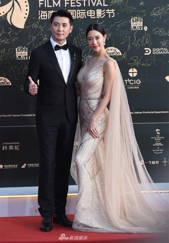 Góp mặt tại sự kiện tối 1/12 là nhiều tên tuổi của showbiz Trung Quốc lẫn quốc tế. Chân dài Hàn Quốc Clara (phải) cũng góp mặt trong hoạt động.