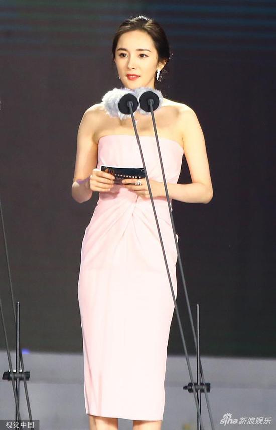 Sau khi dự thảm đỏ, Dương Mịch lên sân khấu với vai trò người trao giải.