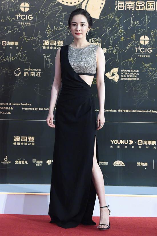 Dương Mịch gây nhiều chú ý khixuất hiện trên thảm đỏ khai mạc Liên hoan phim Quốc tế đảo Hải Nam (Hainan Island International Film Festival). Sự kiện diễn ra hôm 1/12, với sự góp mặt của nhiều nghệ sĩ trong nước và quốc tế. Trên thảm đỏ, Dương Mịchdiện đầm dài của thương hiệu Celine