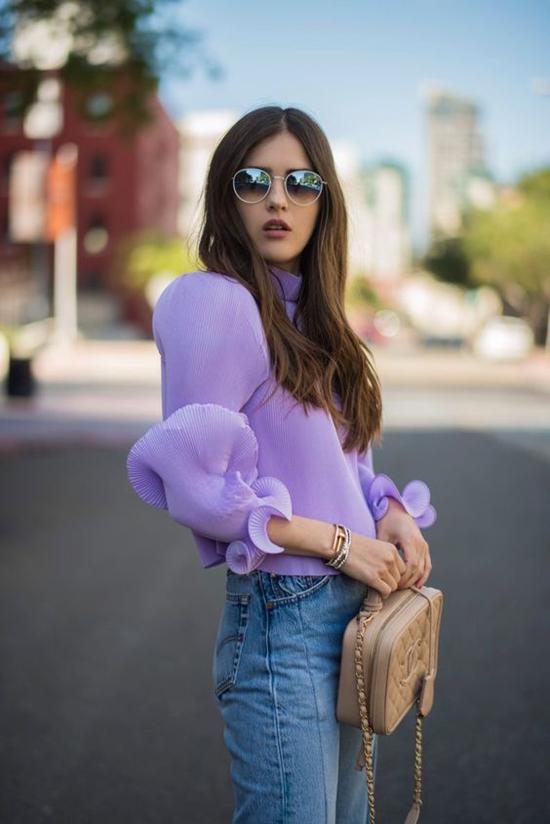 Tông màu được hàng loạt tín đồ thời trang thế giới lăng xê vẫn cho dòng street style vẫn có thể áp dụng cho chị em văn phòng.