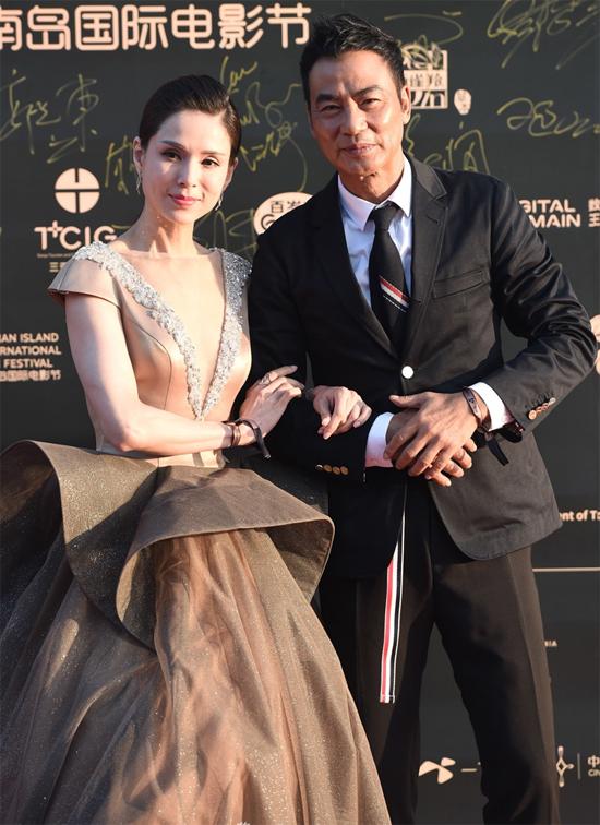 Tiểu Long Nữ Lý Nhược Đồng bên đồng nghiệp Nhậm Đạt Hoa.