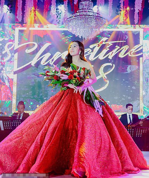 Chiếc váy màu đỏ của Chritine Lim được thiết kế bởi nhà thiết kế có tiếng của Philippines Michael Leyva. Trong khi đó, nhà tạo mẫu tóc nổi tiếng Antonio Papa và chuyên gia trang điểm cho các ngôi sao Effie Go đã tạo ra vẻ ngoài quyến rũ của cô bằng đánh phấn da màu tự nhiên, phấn mắt màu đồng lấp lánh và môi màu nude bóng.