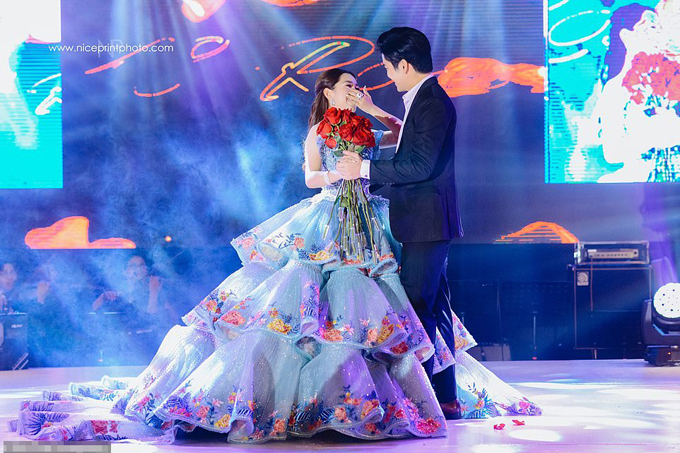 Phần ấn tượng nhất trong buổi tiệc của Christine là màn xuất hiện của Joshua Garcia - một trong những nam diễn viên nổi tiếng nhất Philippines. Anh đã hát bài hát yêu thích của cô gái 18 tuổi và nhảy với cô.