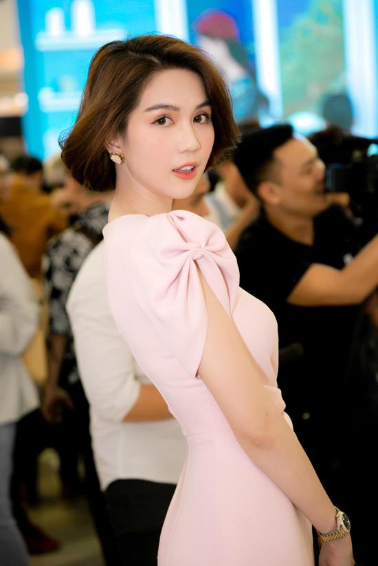 Để mẫu váy hồng của Ngọc Trinh thêm xinh xắn, nhà mốt Đỗ Long đã biến tấu phần tay ấn tượng bằng chi tiết nơ bướm.