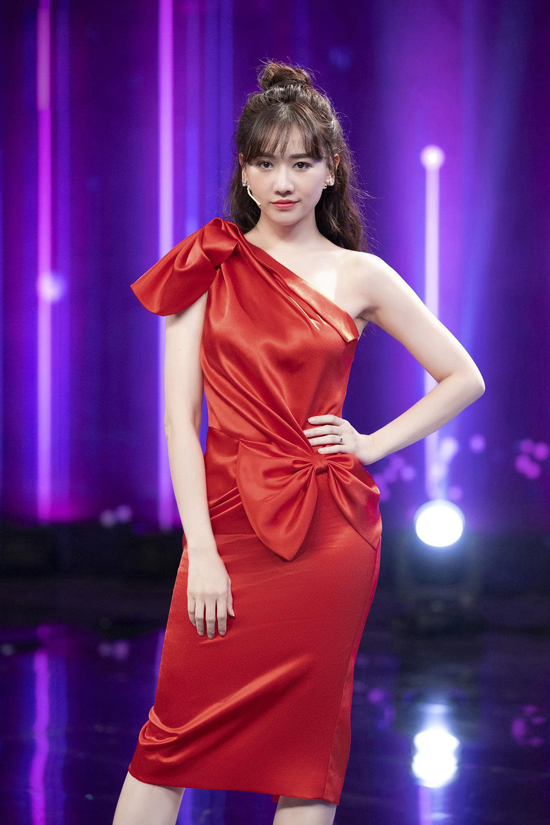 Đầm đỏ tươi bất đối xứng của Đỗ Long được Hari Won chọn lựa khi tham gia ghi hình cho game show.