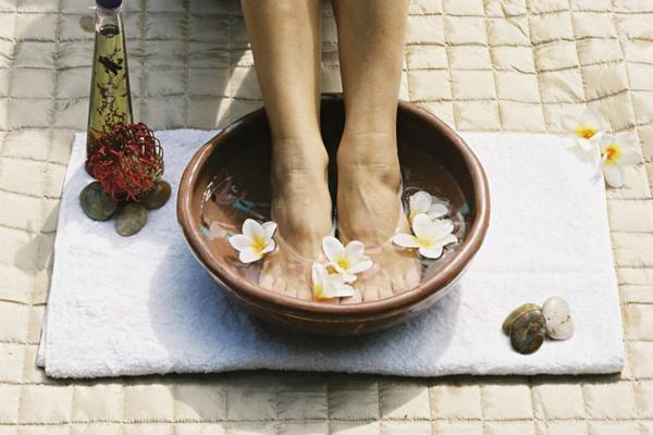 Ngâm chân nước nóng trước khi đi ngủ giúp giải tỏa căng thẳng, thư giãn cơ bắp.