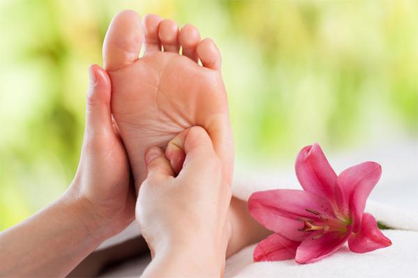 Massage chân đúng cách giúp cải thiện lưu thông máu, chữa nhiều chứng bệnh mãn tính.