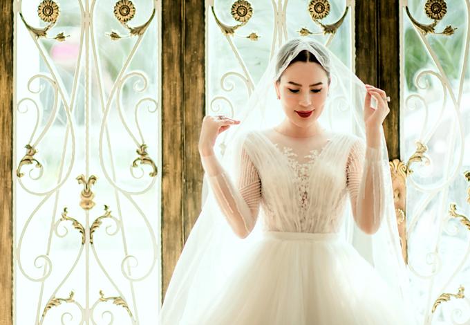 Phương Lê yêu thích chất liệu voan và kiểu váy tùng xòe cổ điển. Sau hơn một thập kỷ mới diện lại lễ phục cưới, mỹ nhân 7X chia sẻ cô cảm thấy bồi hồi pha chút phấn khích.