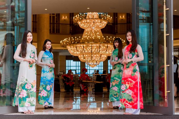 Các cô gái diện áo dài hoa sen - quốc hoaViệt Nam để chào đón khách.