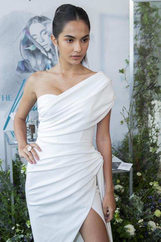 Người mẫu Emma Lê tự tin với làn da nâu khỏe khoắn.