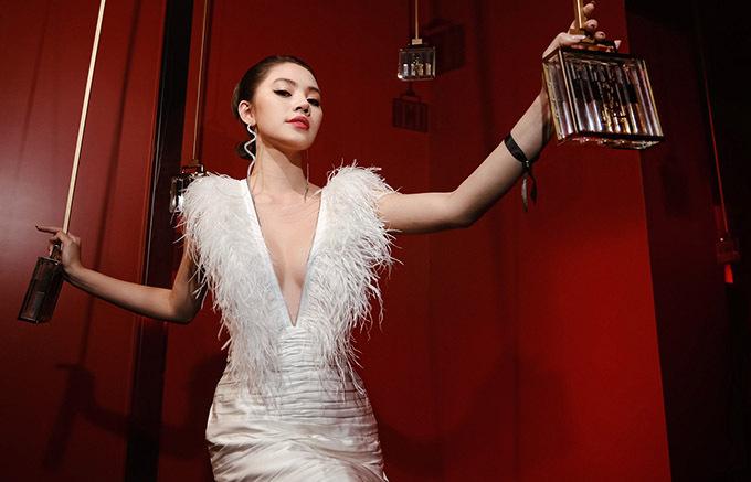 Hoa hậu 9X tự tin với nhan sắc gợi cảm, căng tràn sức sống.