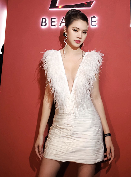 Jolie Nguyễn là khách mời trongbuổi ra mắt sản phẩm của một thương hiệu mỹ phẩm nổi tiếng.