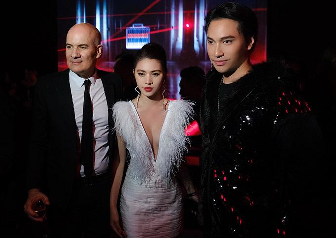 Nhà thiết kế Lý Quí Khánh (phải) cũng góp mặt ở sự kiện này. Anh vui khi hội ngộ Jolie trên đất Trung Quốc.