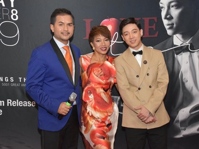 Đức Tiến (áo xanh)làm MC trong chương trình có Hà Trần (váy hoa), Lân Nhã.