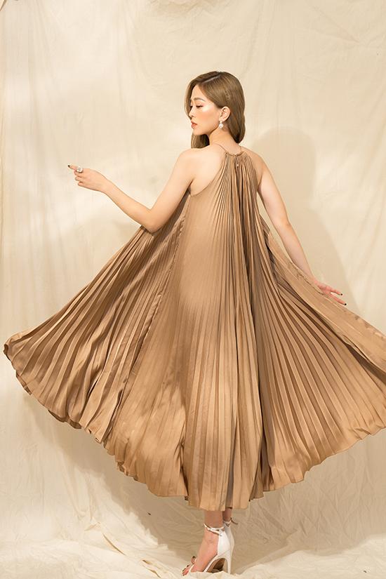 Váy xếp ly thiết kế trên chất liệu lụa dập ly. Thiết kế mang tới sự bay bổng, tạo cảm giác thoải mái và tự do cho người mặc.