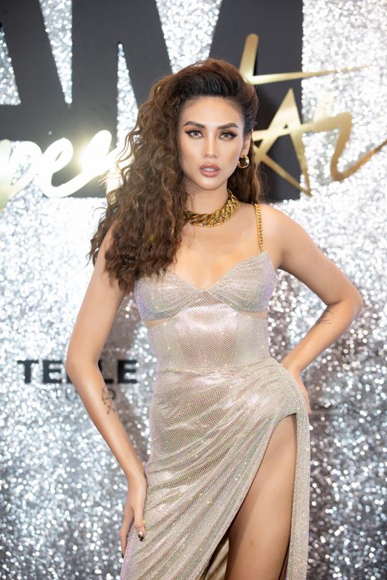 Mẫu váy xẻ táo bạo giúp Võ Hoàng Yến trở thành mỹ nhân sexy nhất trên thảm đỏ show diễnI am Superstar.
