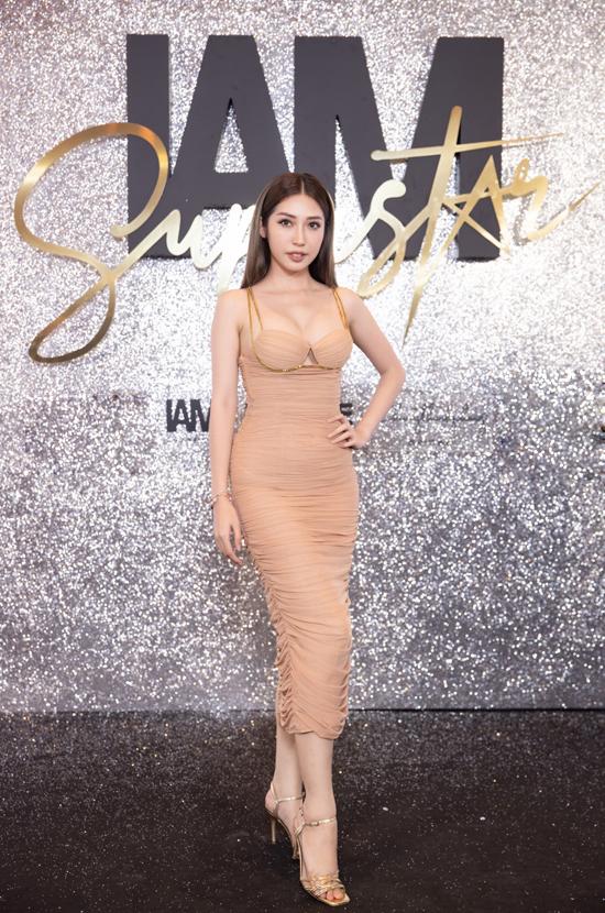 Khổng Tú Quỳnh diện váy tông nude với kiểu bó sát, phô trương đường cong.