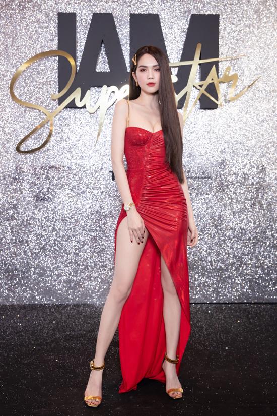 Ngọc Trinh cũng chọn váy xẻ sexy trên tông màu đỏ tươi. Nữ nội y sư dụng loạt phụ kiện hàng hiệu đắt đỏ tông vàng gold để tạo điểm nhấn cho tổng thể.