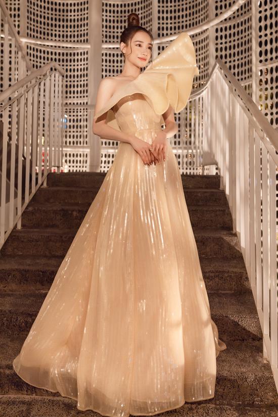 Diễn viên Nhã Phương nổi bật trên thảm đỏ nhờ mẫu váy dạ hội tạo khối bắt mắt.