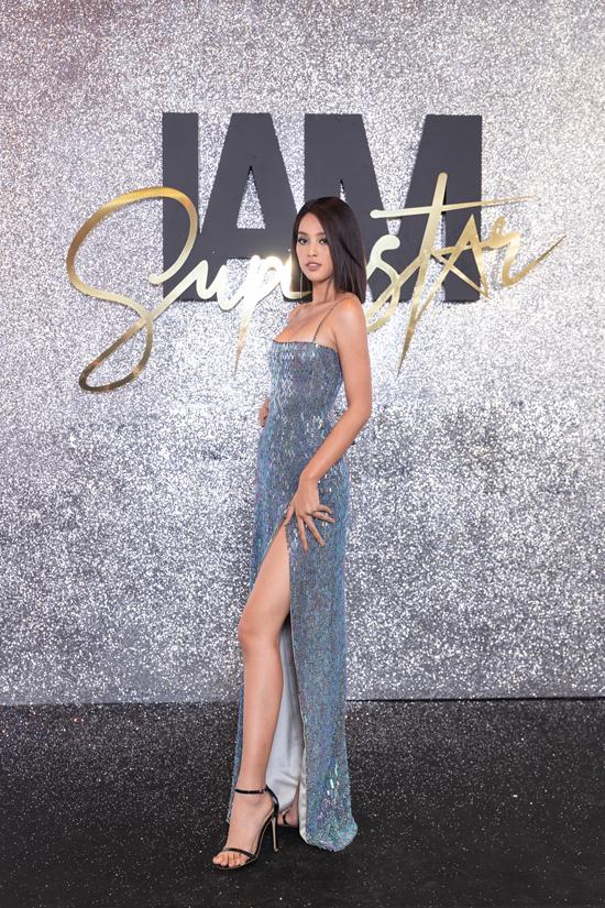 Tiểu Vy khoe vai gầy với thiết kế váy hai dây bằng chất liệu sequins.Hoa hậu để tóc ngắn, trang điểm tông xanh nhẹ nhàng và được khen ngợi về vẻ đẹp trẻ trung, hiện đại.