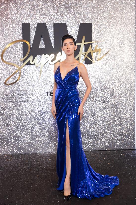 Xuân Lan cũng chọn váy xẻ cao trên tông xanh ánh kim để khoe sắc cùng dàn mỹ nhân trẻ.