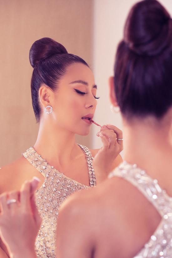 Kiều nữ làng hài không tiếc thời gian đứng trước gương tô son, điểm phấn để có gương mặt xinh đẹp, hoàn hảo.