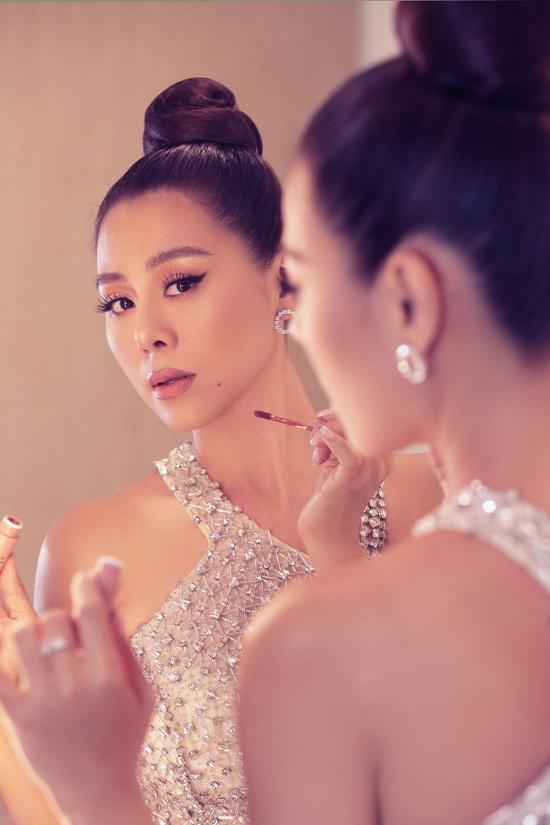 [Caption]. . Trong bộ ảnh, Nam Thư diện trang phục của NTK Linh San, bộ trang phục được thiết kế với điểm nhấn là phần tua rua tạo hiệu ứng khi di chuyển. Phom dáng bó sát của thiết kế Nam Thư khoe hình thể nóng bỏng, đúng với tiêu chí: Phụ nữ là phải đẹp, phải gợi cảm mà cô từng chia sẻ trước báo giới.