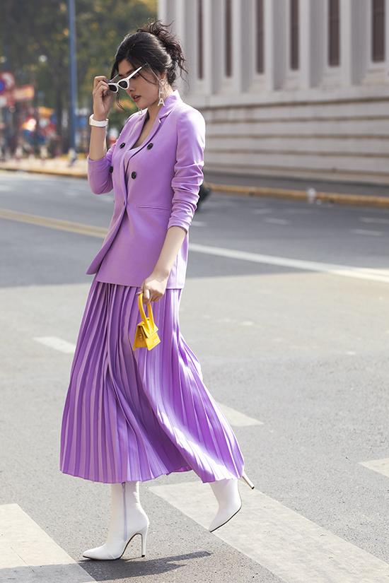 Huỳnh Tiên nhanh chóng cập nhật sắc tím đậm chất nữ tính đang được các fashionista thế giới ưa chuộng.